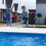 Domki letniskowe Palm Rogowo basen jako miejsce zabaw dla dzieci