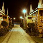 Domki letniskowe Palm Rogowo osrodek jest podswietlany noca