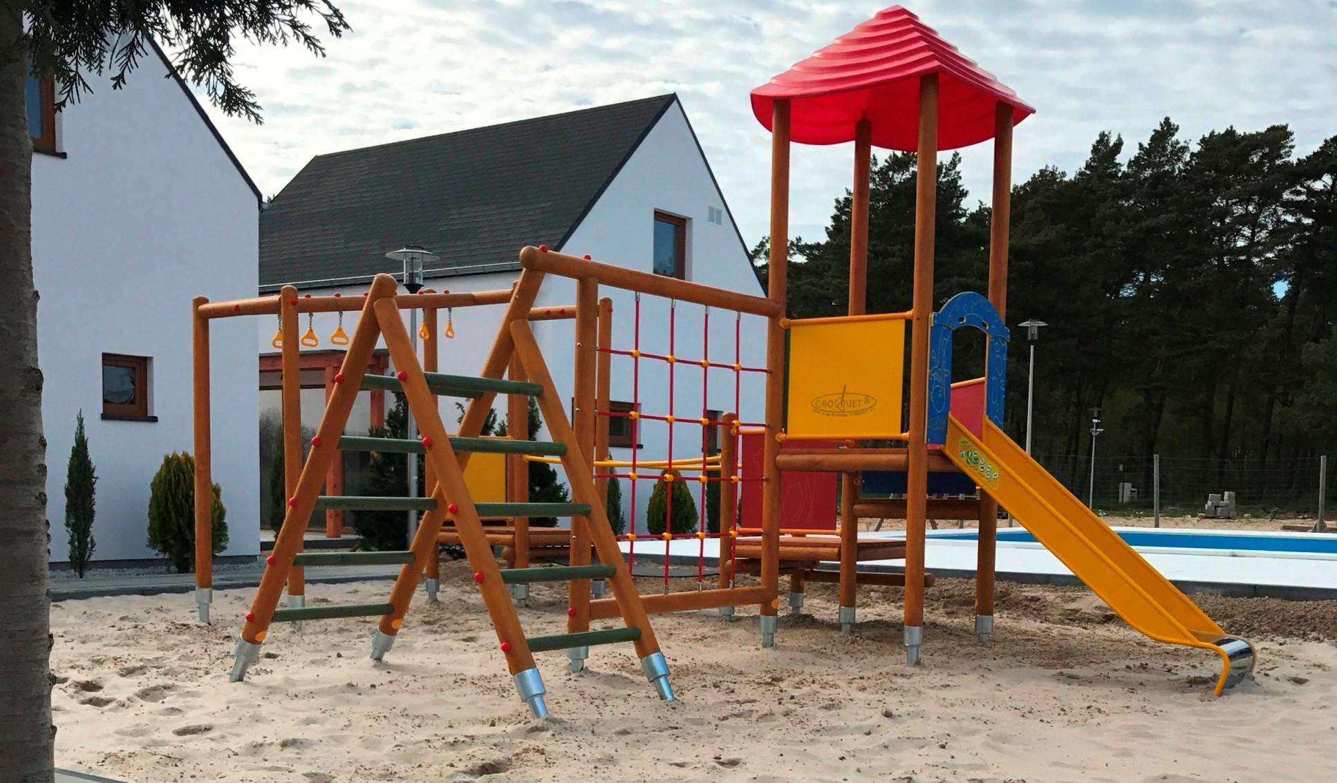nowe-luksusowe-domki-letniskowe-nad-morzem-baltyckim-plac-zabaw-dla-dzieci